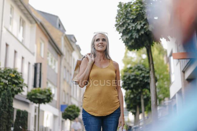 Портрет улыбающейся женщины с пакетами для покупок — стоковое фото