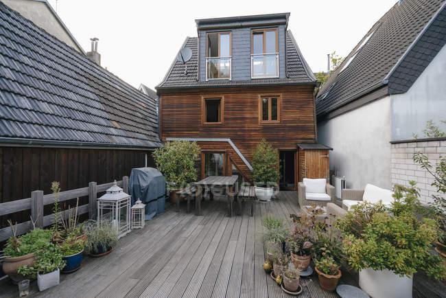 Lato posteriore della casa unifamiliare con terrazza — Foto stock