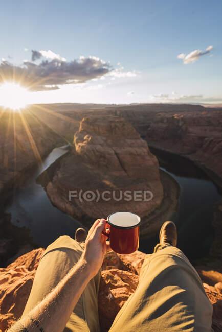 Jovem segurando copo vermelho — Fotografia de Stock