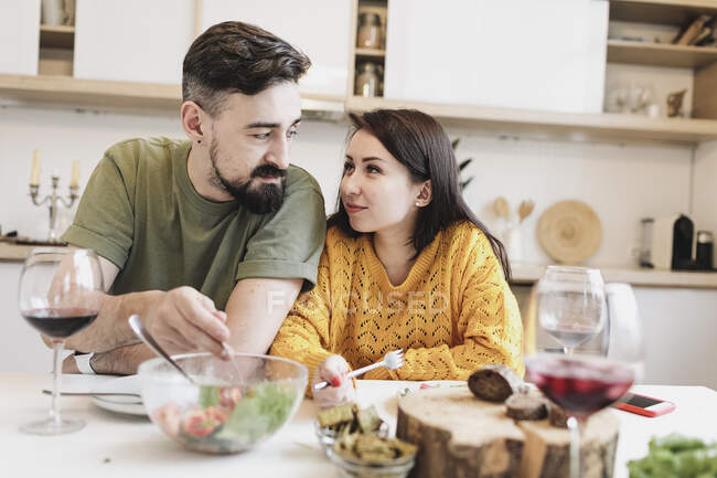 Couple in love having lunch together at home — Stock Photo