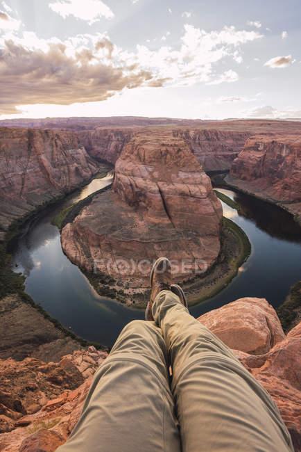 Estados Unidos, Arizona, Colorado River, Horseshoe Bend, joven en el punto de vista - foto de stock