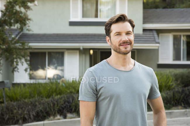 Retrato de homem confiante na frente de sua casa — Fotografia de Stock