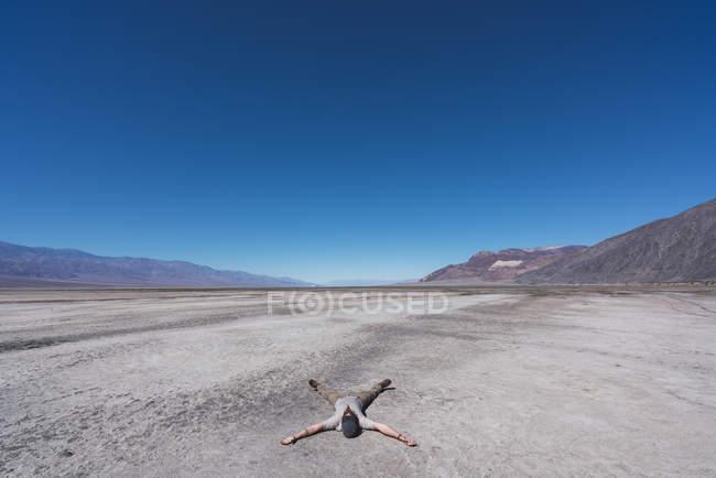 Usa, Californie, Death Valley, l'homme gisant sur le sol dans le désert — Photo de stock