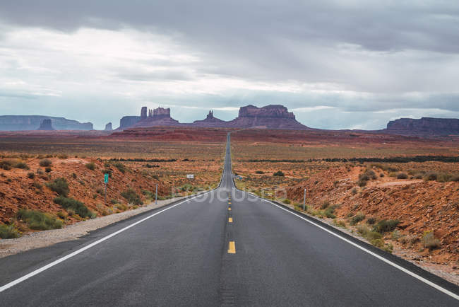 Usa, Utah, Camino vacío a Monument Valley - foto de stock
