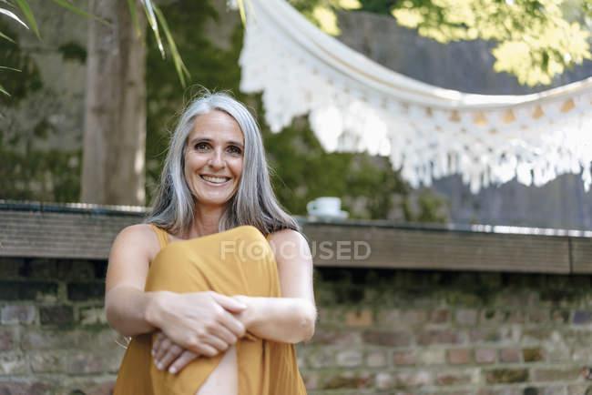 Portrait de femme heureuse se relaxant dans le jardin — Photo de stock