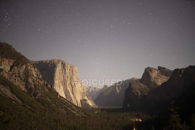 Estados Unidos, California, Parque Nacional Yosemite, Vista del Túnel por la noche - foto de stock