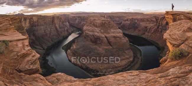 Usa, Arizona, Colorado River, Horseshoe Bend, joven de miradas. - foto de stock