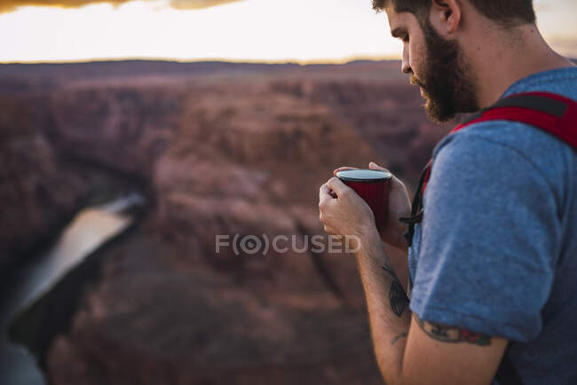USA, Arizona, Horseshoe Bend, Young man holding red cup — Stock Photo