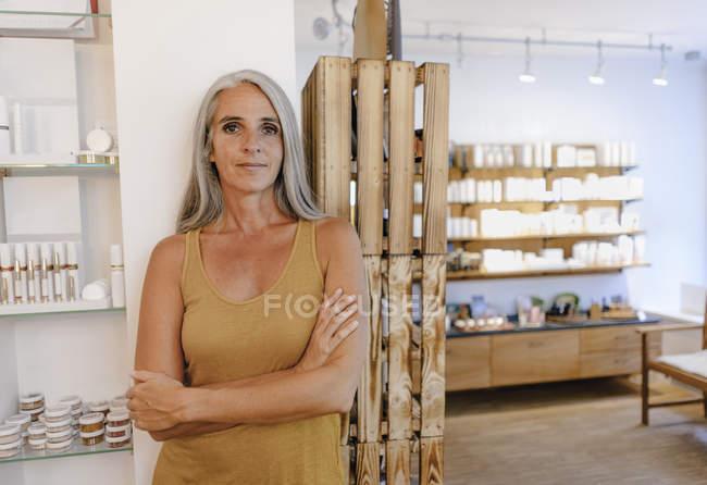 Портрет предпринимательницы в ее магазине — стоковое фото