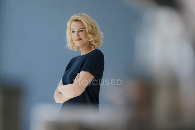 Портрет уверенной блондинки — стоковое фото