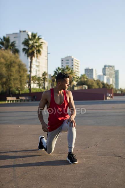 Guapo hombre afriamericano que se pone al aire libre - foto de stock