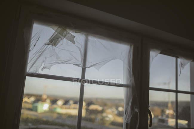 Feuille plastique sur fenêtre — Photo de stock