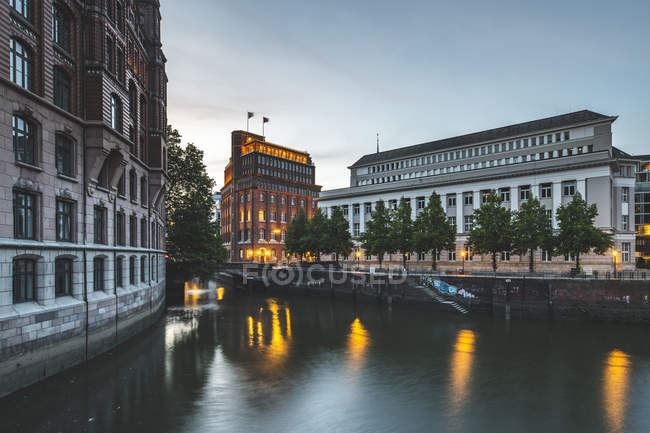 Germany, Hamburg, Hamburg-Altstadt, Nikolai Fleet, Stock Exchange and house of 'Patriotische Gesellschaft' — стокове фото