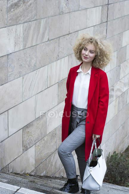 Retrato da mulher nova elegante com o saco que anda em cima — Fotografia de Stock