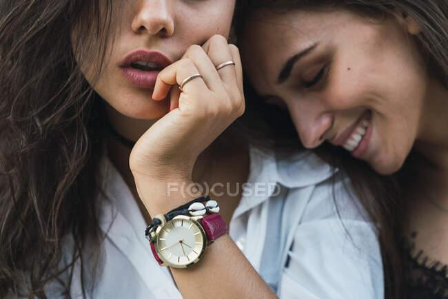 Молодая женщина в руке — стоковое фото