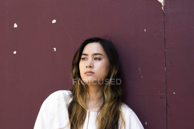 Портрет серйозної молодої жінки, що дивиться на далечінь — стокове фото