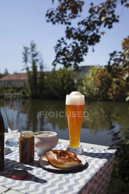 Сніданок з Баварською ковбасою телятина, пшеничне пиво і кренцлс — стокове фото