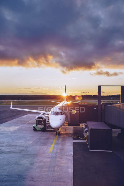 View of parking airplane at twilight — Foto stock