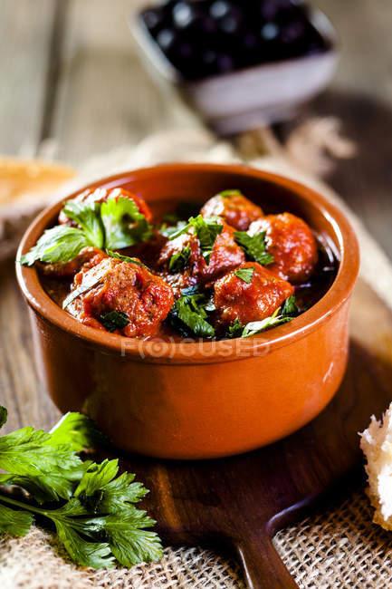 Spanische Mandelbällchen, Frikadellen in würziger Tomatensauce — Stockfoto