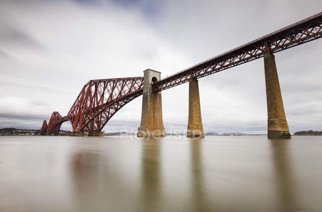 Gran Bretaña, South Queensferry, Firth-of-Forth-Bridge - foto de stock