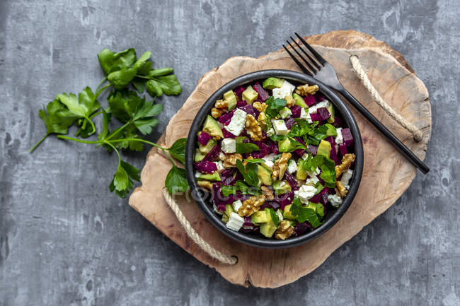 Bol de salade de betteraves à l'avocat, feta, noix et persil — Photo de stock
