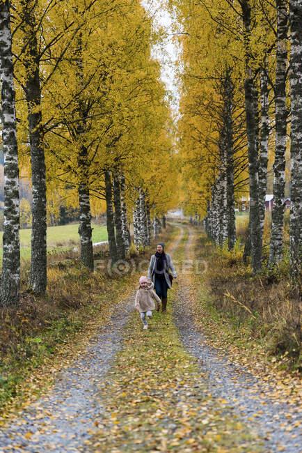 Finlande, Kuopio, mère et petite fille se promenant ensemble en automne — Photo de stock