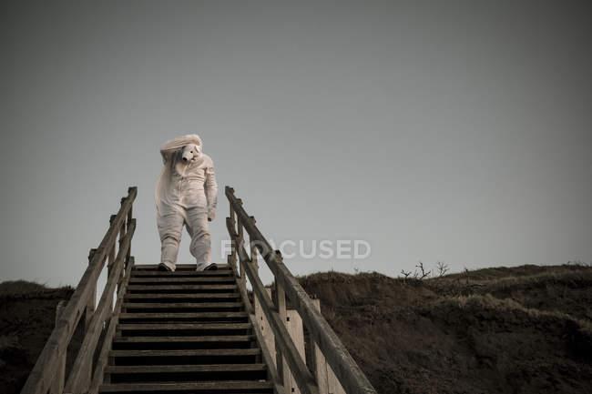 Человек в костюме медведя на ступеньках, отчаяние и одинокий грустный характер — стоковое фото