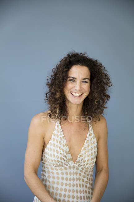 Retrato de una mujer hermosa, con vestido de verano - foto de stock
