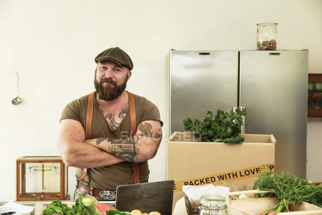 Владелец службы доставки органических овощей, гордый на кухне — стоковое фото