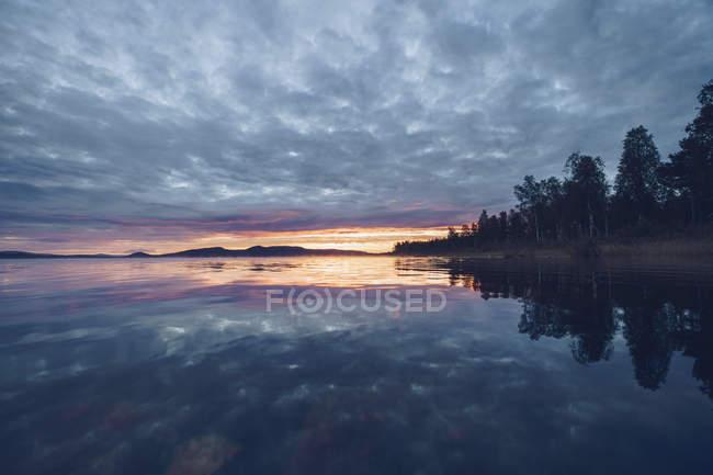 Finlande, Sodankylae, Lac au coucher du soleil — Photo de stock