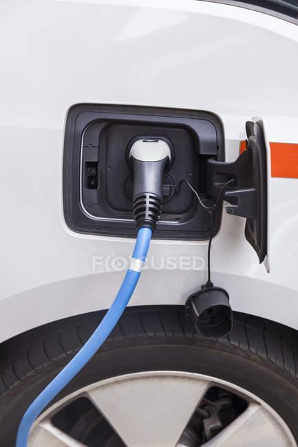 Primer plano de la recarga de coches eléctricos - foto de stock