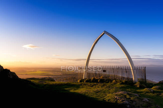 Gran Bretagna, Scozia, Lothian orientale, North Berwick, North Berwick Law, arco osseo della mascella di balena, tramonto — Foto stock