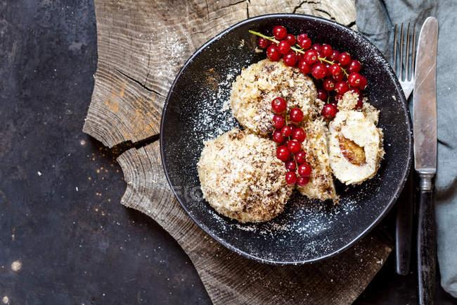 Сливы заполнены сладкие пельмени с кокосовой корицы коры и красной смородины — стоковое фото