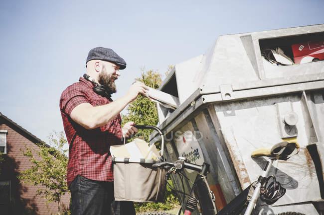 Cycliste recyclage des déchets de papier dans la banque de papier — Photo de stock