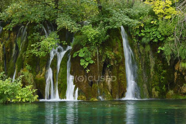 Водопад в национальном парке Плитвицкие озера, объект Всемирного наследия ЮНЕСКО, Хорватия — стоковое фото