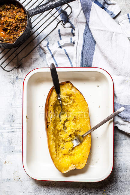 Baked spaghetti squash with vegan bolognese sauce made from lentils, leeks, and carrots — Stock Photo