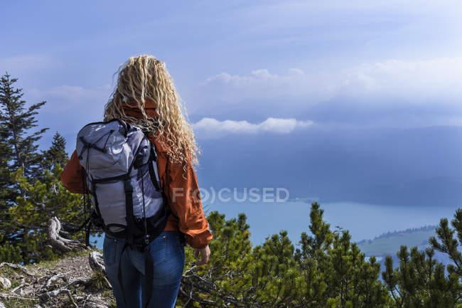 Giovane donna escursioni nelle montagne bavaresi, guardando il lago Walchensee — Foto stock