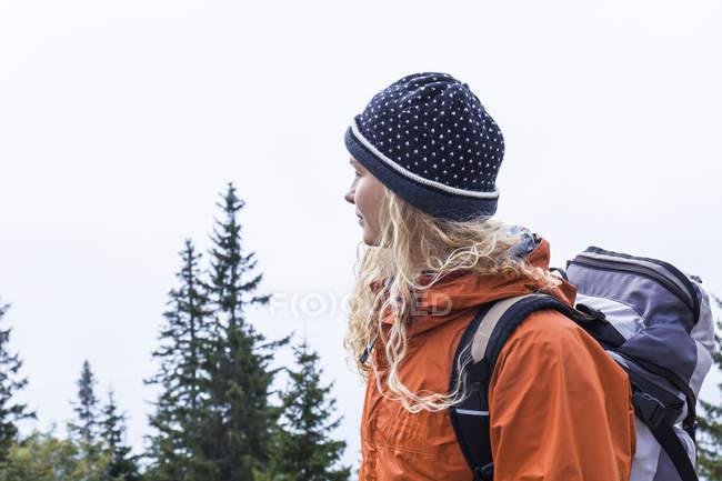 Giovane donna escursioni nelle montagne bavaresi — Foto stock