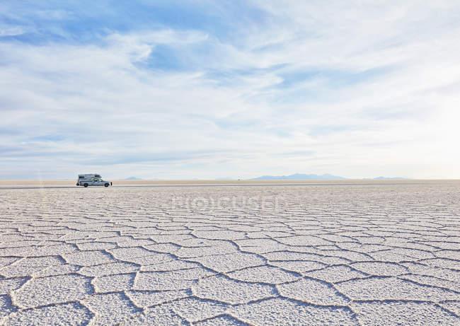 Bolivia, Salar de Uyuni, camper on salt lake — Stock Photo