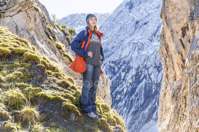 Німеччина, Гарміші-Партенкірхен, Alpspitze, Остерфелдеркопф, жіночий турист на оглядовий майданчик дивлячись на думку — стокове фото