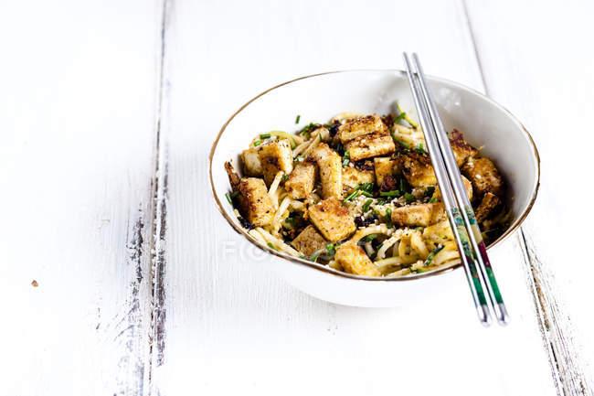 Bol de zoodles avec le tofu frit — Photo de stock