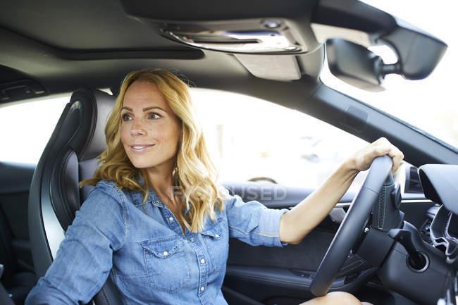 Sorridente donna guida auto — Foto stock