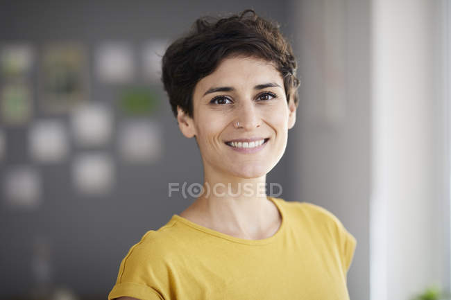 Portrait of smiling woman at home — Stock Photo