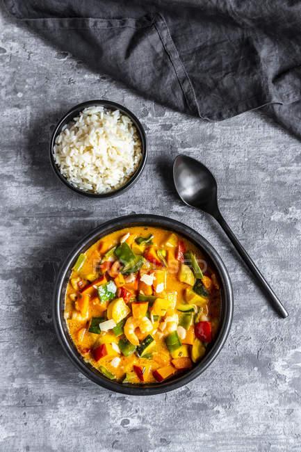 Currygericht, Süßkartoffelcurry, Zuckererbse, Paprika, Zucchini, Kokosmilch, Garnelen und Reis — Stockfoto