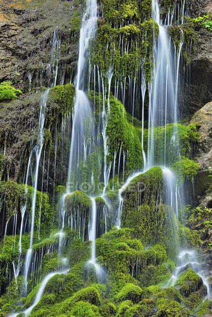 Wasserkaskaden die Klippen der berühmten Wimbachklamm, Nationalpark Berchtesgaden, Bayern, Deutschland — Stockfoto
