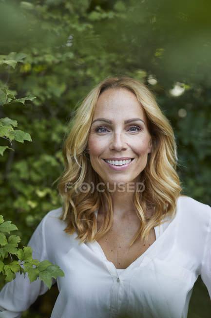 Портрет посміхаючись блондин жінку на вулиці — стокове фото