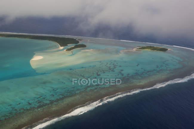 Острови Кука, Раротонга, з видом на лагуну Айтаюткі — стокове фото