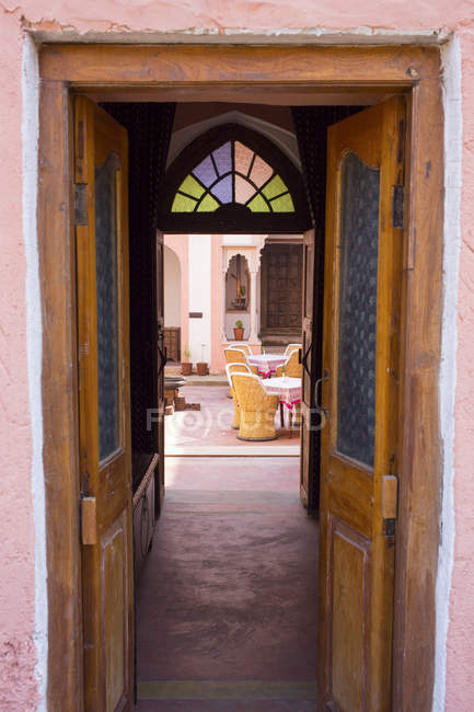 India, Rajasthan, Alwar, Palazzo Dell'Hotel Ram Bihari, cortile — Foto stock
