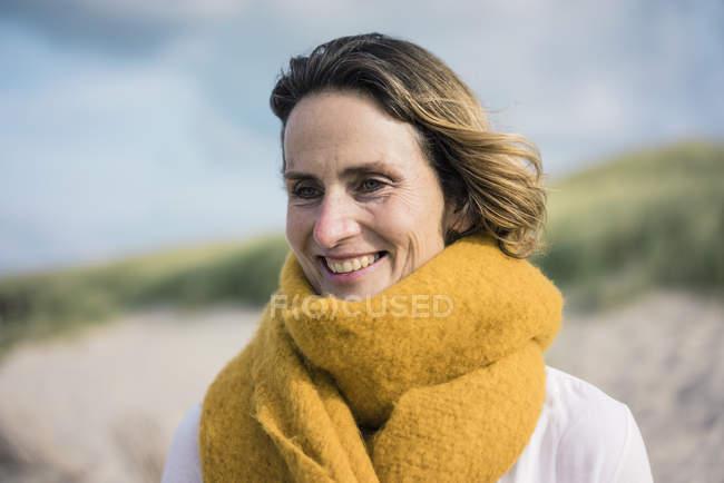 Reife Frau entspannen in den Dünen, genießen den Wind — Stockfoto