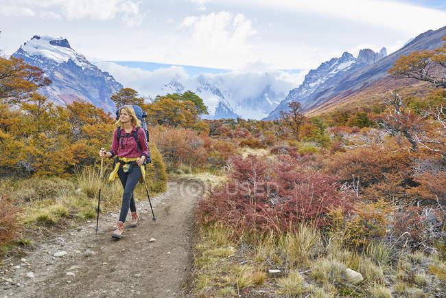 Argentina, Patagonia, El Chalten, woman hiking at Cerro Torre in Los Glaciares National park — Stock Photo